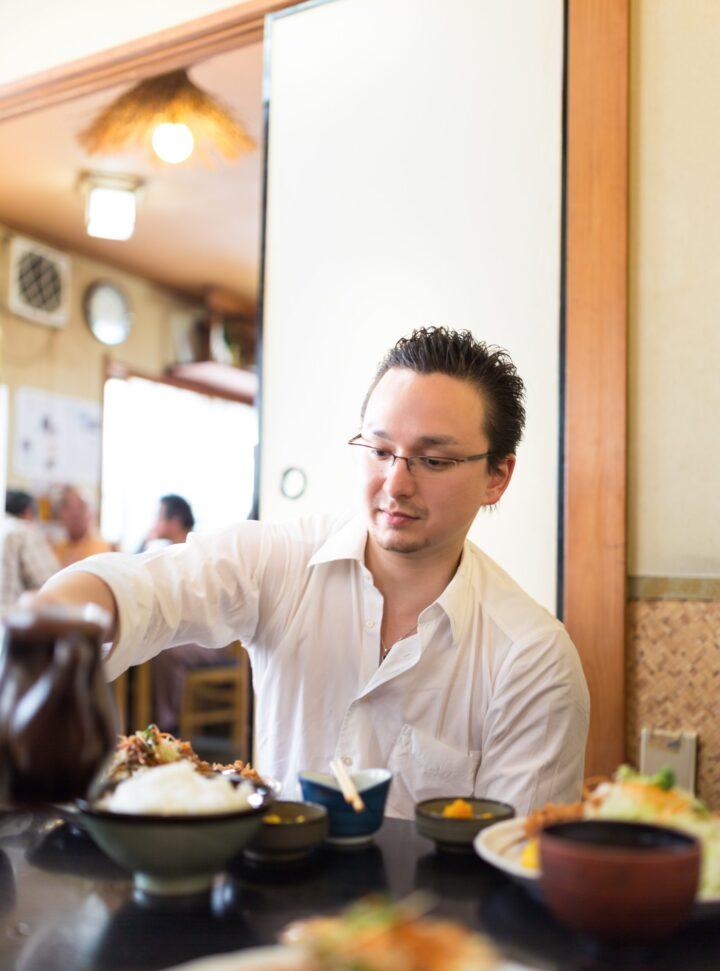 男性の食事の写真