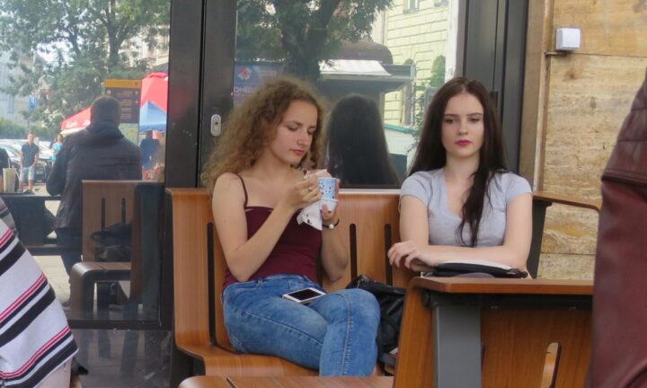 ウクライナ(リヴィヴ)のマクドナルドにいた女の子