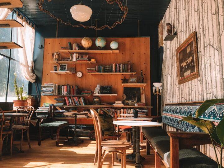 雨の日デート、カフェ併設の本屋